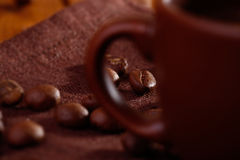 Kaffeebohnen auf Tabelle Stockbild