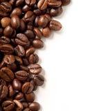 Kaffeebohnen auf Weiß Stockfoto