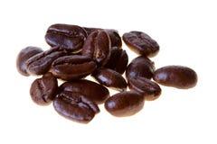 Kaffeebohnen auf Weiß Stockfotos