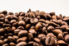 Kaffeebohnen auf Weiß Stockbild