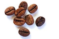 Kaffeebohnen auf weißem Hintergrund stockfotos