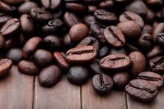 Kaffeebohnen auf weißem Hintergrund. Stockbilder