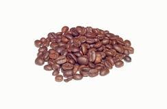 Kaffeebohnen auf weißem Hintergrund Stockbilder