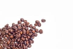 Kaffeebohnen auf weißem Hintergrund Lizenzfreie Stockfotos