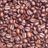 Kaffeebohnen auf weißem Hintergrund Stockbild