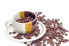 Kaffeebohnen auf weißem Hintergrund Stockfoto