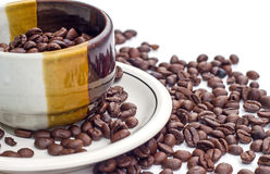 Kaffeebohnen auf weißem Hintergrund Stockfotografie