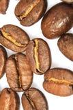 Kaffeebohnen auf weißem Hintergrund Lizenzfreies Stockbild
