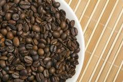 Kaffeebohnen auf weißer Platte Stockfoto
