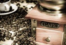 Kaffeebohnen, Cup und Schleifer auf Sack Lizenzfreie Stockfotos