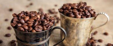 Kaffeebohnen in den alten Schalen auf einer Leinwand Lizenzfreie Stockfotos