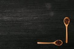 Kaffeebohnen in den hölzernen Löffelschaufeln lizenzfreies stockbild