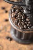 Kaffeebohnen in der Draufsicht der Kaffeemühle Lizenzfreie Stockfotografie