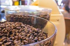 Kaffeebohnen in der Kaffeemaschine Lizenzfreies Stockbild