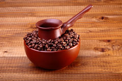 Kaffeebohnen in der Schüssel mit Finjan Stockbilder