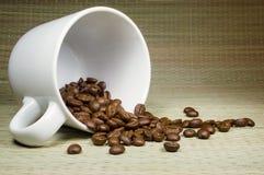 Kaffeebohnen in der Schale Stockfotos