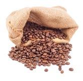 Kaffeebohnen in der Tasche lokalisiert auf weißem Hintergrund Lizenzfreies Stockfoto