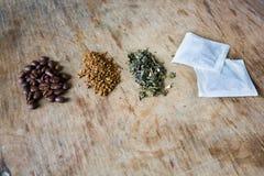 Kaffeebohnen des grünen Tees und blacktea in den Papiertüten Lizenzfreies Stockbild