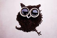 Kaffeebohnen, die eine Eule, einen guten Morgen und einen Aufenthaltssitz bilden Lizenzfreies Stockfoto