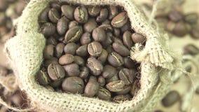 Kaffeebohnen, die sich oben in Leinwand, Abschluss drehen stock video