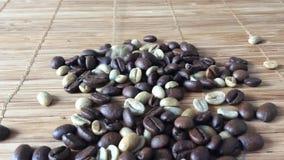Kaffeebohnen, die unten fallen stock video footage