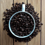 Kaffeebohnen in einem Becher Stockbilder