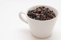 Kaffeebohnen in einem Becher Lizenzfreie Stockbilder