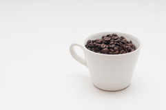 Kaffeebohnen in einem Becher Lizenzfreie Stockfotos