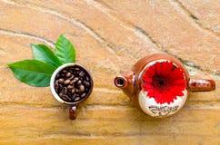 Kaffeebohnen in einem Becher u. in einem Kessel Lizenzfreies Stockfoto