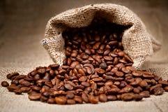 Kaffeebohnen in einem Beutel Stockfotografie