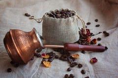 Kaffeebohnen in einem Beutel Stockfotos