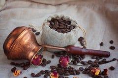 Kaffeebohnen in einem Beutel Stockfoto