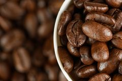 Kaffeebohnen in einem Glas stockbilder