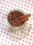Kaffeebohnen in einem Glascup mit Zimt Stockfotografie