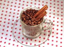Kaffeebohnen in einem Glascup mit Zimt Lizenzfreie Stockbilder