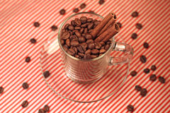 Kaffeebohnen in einem Glascup mit Zimt Stockfoto