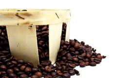 Kaffeebohnen in einem Korb lokalisiert Lizenzfreies Stockbild