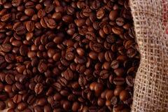 Kaffeebohnen in einem Leinwandbeutel Lizenzfreies Stockfoto