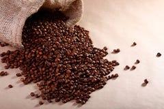 Kaffeebohnen in einem Leinwandbeutel Lizenzfreies Stockbild