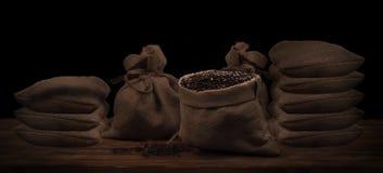 Kaffeebohnen in einem rustikalen Leinensack Lizenzfreies Stockbild