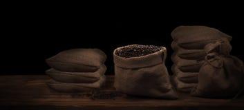 Kaffeebohnen in einem rustikalen Leinensack Stockfotos