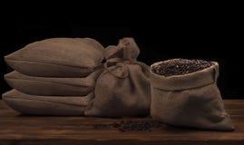 Kaffeebohnen in einem rustikalen Leinensack Stockbilder