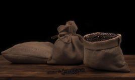 Kaffeebohnen in einem rustikalen Leinensack Lizenzfreie Stockfotografie