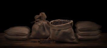 Kaffeebohnen in einem rustikalen Leinensack Stockfotografie