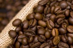 Kaffeebohnen in einem Sack Stockfotos