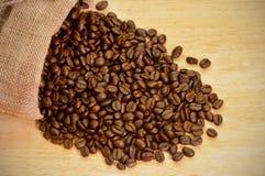Kaffeebohnen in einem Sack Stockfotografie