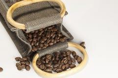 Kaffeebohnen in einem Sackzeug-Sack Stockfotos