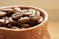 Kaffeebohnen in einem Tongefäß Lizenzfreie Stockfotografie