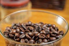 Kaffeebohnen in einer Glasschüssel, Nahaufnahme Stockfotos