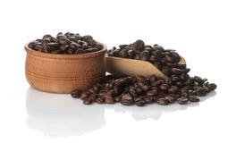Kaffeebohnen in einer hölzernen Schüssel auf einem Weiß lokalisierten Hintergrund lizenzfreie stockfotografie